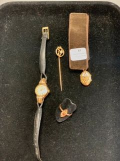 Quatre éléments : -Un pendentif porte souvenirs...