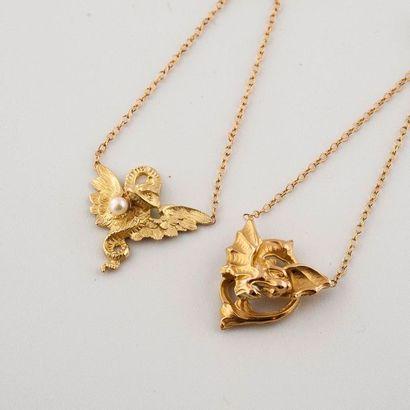 Paire de pendants d'oreilles à motif de chimères...