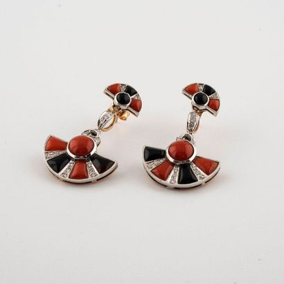Paire de pendants d'oreilles de style Art...