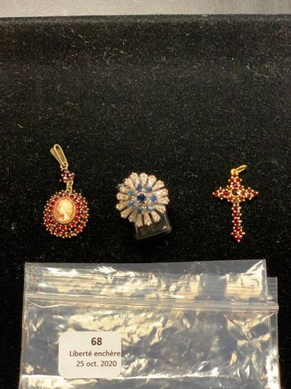 Trois bijoux : -En vermeil sup. à 800°/00...