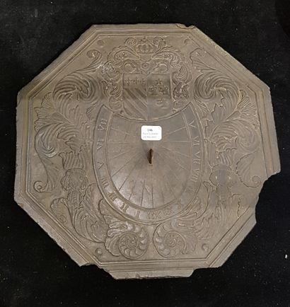 Cadran solaire octogonal sur ardoise sculptée...