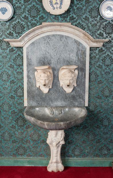 Fontaine en marbre blanc et marbre gris...