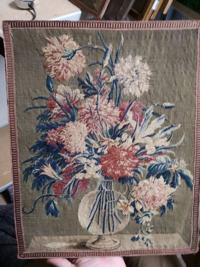 AUBUSSON  Paire de vases fleuris en tapisserie...