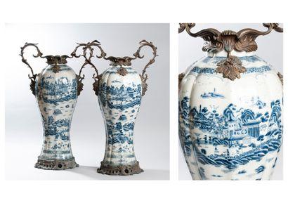 Paire de vases en porcelaine craquelée de...