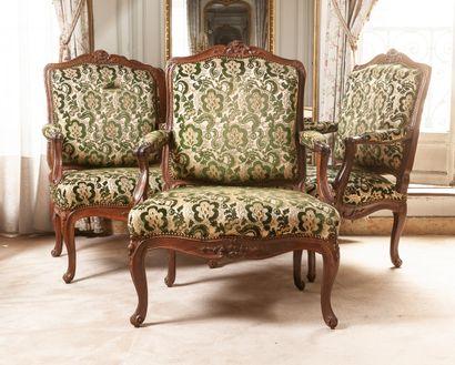 Suite de trois fauteuils à la reine en bois...