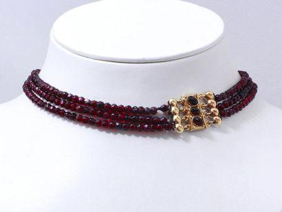 Collier composé de 3 rangs de perles de verre...