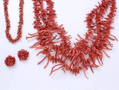 Lot composé de 2 colliers ornés de petites...