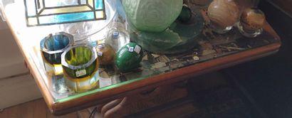Table basse en bois naturel à décor de pampres...