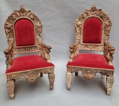 Paire de fauteuils en trône. Il présente...