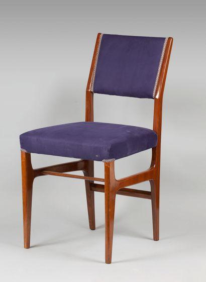 Suite de six chaises en bois vernis et garniture...