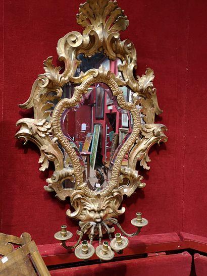 Paire de miroirs d'appliques en bois sculpté...