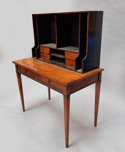 Bureau à gradin présentant tiroirs et casier....