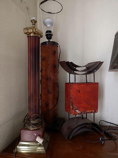 Lot de trois lampes dont un pied de lampe...