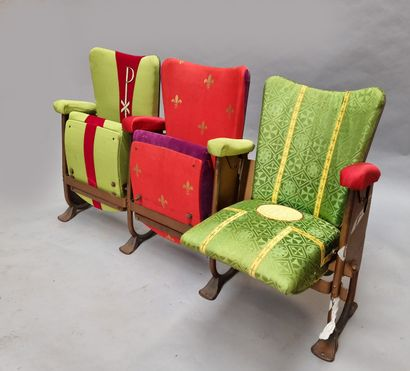 Trois fauteuils de cinéma, retapissé de tissu...