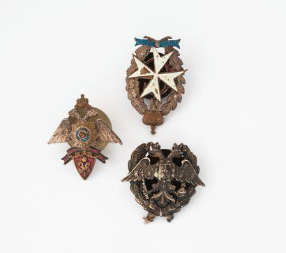 Trois insignes en métal dont Saint Georges...