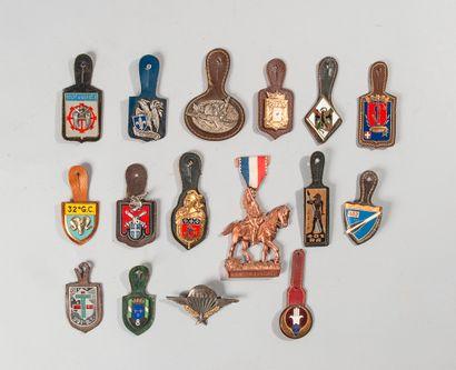 Lot de 16 insignes régimentaires divers.