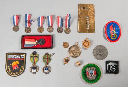 Lot de médailles et insignes divers concernant...