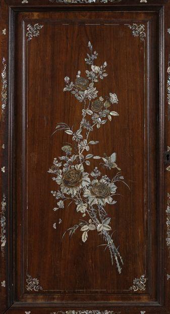 Porte en bois à incrustation de nacre. Bouquet....