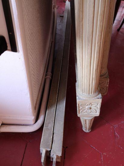 Lit en bois sculpté et laqué, montants en colonnes cannelés et rudentés  Style Louis...