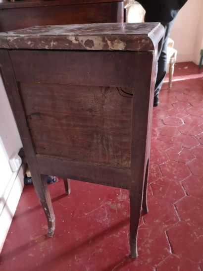 Meuble d'entre deux en bois de placage, ouvrant à deux tiroirs, pieds cambrés, porte...