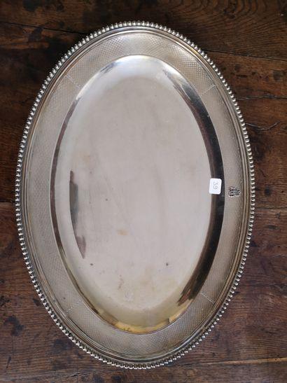 AUCOC  Plat ovale en argent, le bord orné...