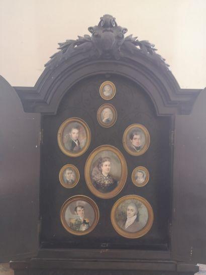 TAHAN à Paris  Cadre en bois noirci à décor néoclassique comprenant neuf miniatures...