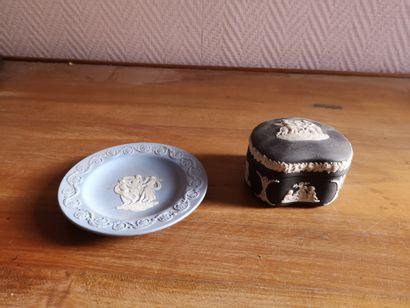 Pot couvert et coupelle en céramique de wedgwood...