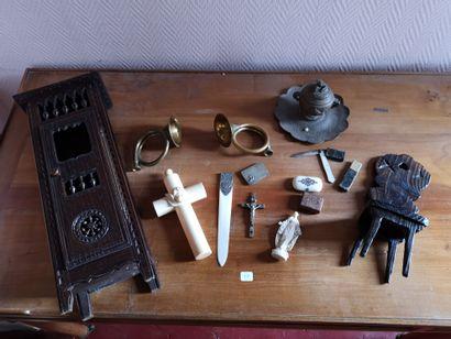 Lot en ivoire, objets de dévotion, crucifix,...