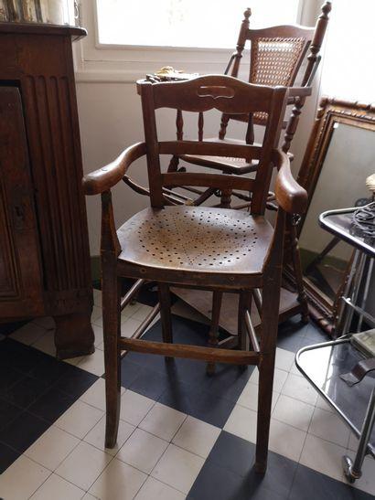 Chaise d'enfant en bois tourné, garniture de cannage  102 x 38 x 47 cm.  On y joint...