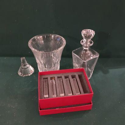 BACCARAT  Lot comprenant un vase, repose-couteaux...