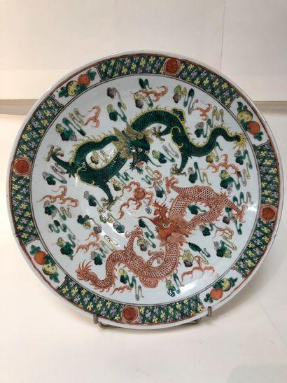Plat rond en porcelaine.  Chine, XIXe siècle....