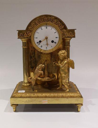 Pendule borne en bronze doré représentant...