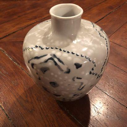 Vase en porcelaine signé L. Dutheil