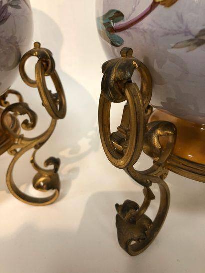 Paire de vases en faïence à décor à l'antique....