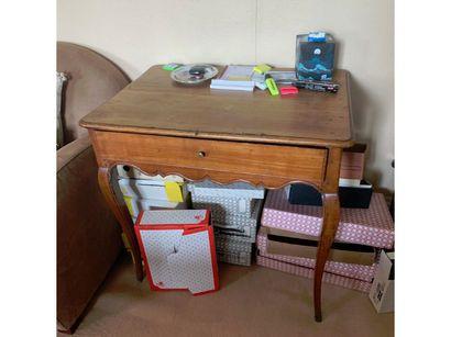 Table bureau, un tiroir en ceinture. Pieds...