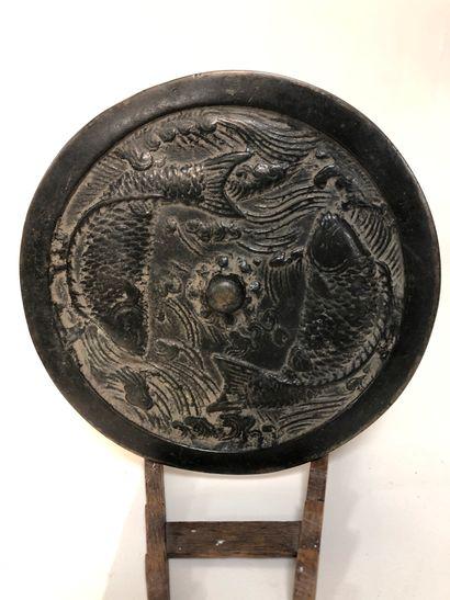 Miroir en bronze à décor de carpes.  Chi...
