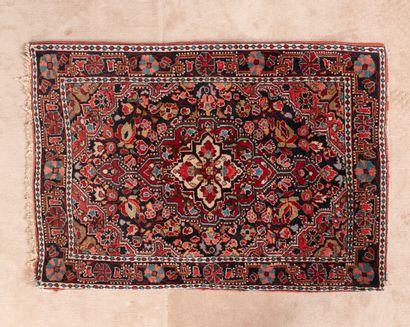 Petit tapis en laine et soie à décor de rosaces...