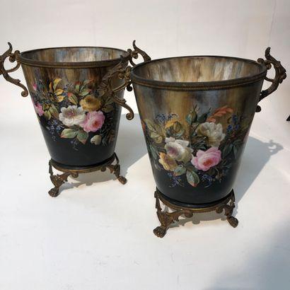 Paire de cache-pots en porcelaine à décor...