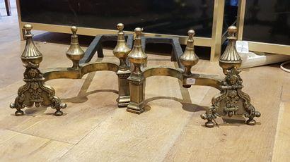 Paire de chenets en bronze à clocheton.  Style hollandais du XVIIe siècle.  H. 24...
