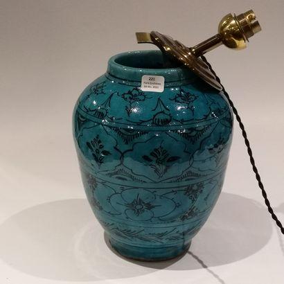 Vase en céramique à décor de motifs noirs...