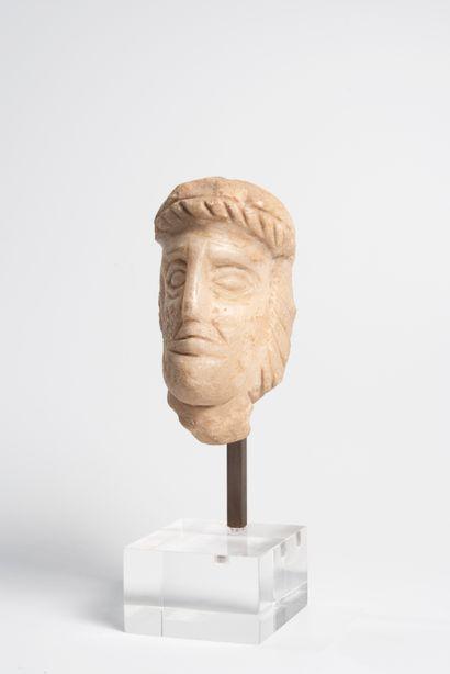Tête d'homme en pierre sculptée.  Haut. :...
