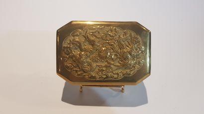 Chine  Tabatière octogonale en laiton doré...
