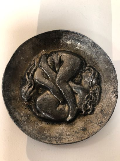 Coupe en bronze argenté avec relief au c...