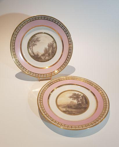 PARIS  Paire d'assiettes en porcelaine à...