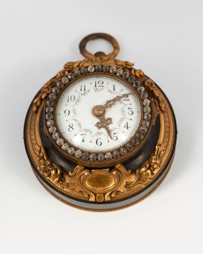 Pendule en bronze patiné et doré, cadran...