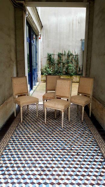 Suite de quatre chaises en bois laqué à dossier...