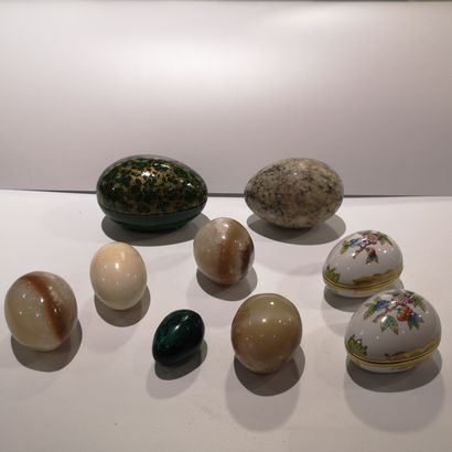 Un lot d'œufs en pierre dure et divers
