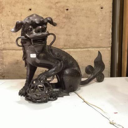 Chien de Fô en bronze, émaillé, monté en...