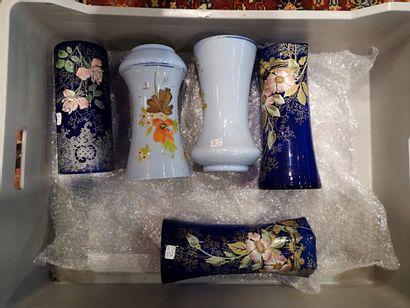 Mannette comprenant deux paire de Vases,...