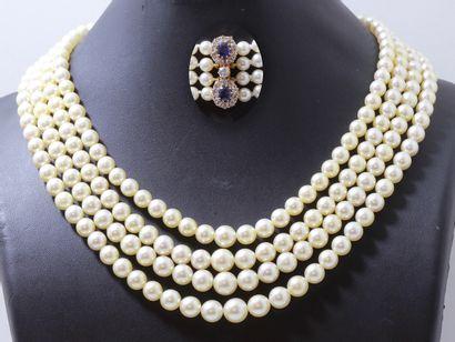 Collier composé de 4 chutes de perles de...